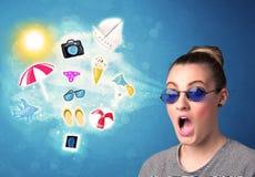 Lycklig glad kvinna med solglasögon som ser sommarsymboler Fotografering för Bildbyråer