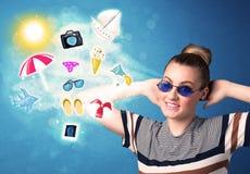 Lycklig glad kvinna med solglasögon som ser sommarsymboler Arkivbild