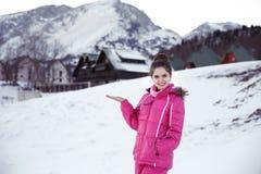 Lycklig glad kvinna som har rolig det fria i vinter Skida vinter Arkivfoton