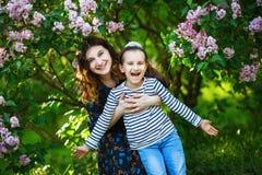 Lycklig gladlynt familj Fotografering för Bildbyråer