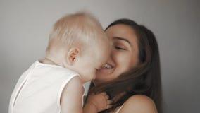 Lycklig gladlynt familj Fostra och behandla som ett barn att kyssa, att skratta och att krama Leende av mamman och det lilla barn arkivfilmer