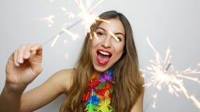 Lycklig gladlynt flicka som rymmer bengal ljus p? partiet St?ende av den unga kvinnan som firar med tomtebloss som isoleras p? vi royaltyfri foto