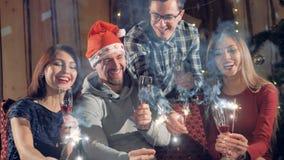 Lycklig gladlynt grupp av vänner på för julparti för nytt år som tomtebloss för belysning har gyckel som ler fira ` s för nytt år lager videofilmer