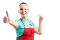 Lycklig gladlynt hembiträdehemmafru- eller hushållerskauppvisning som är houble som Fotografering för Bildbyråer