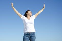 Lycklig gladlynt kvinna med armar upp arkivbild