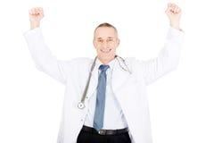 Lycklig gladlynt manlig doktor med lyftta armar Royaltyfri Bild