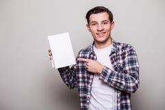 Lycklig gladlynt ung man i dräktinnehavbok fotografering för bildbyråer