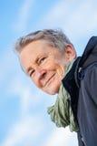 Lycklig grå färg-haired äldre utomhus- kvinnapensionär arkivfoton