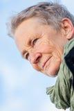 Lycklig grå färg-haired äldre utomhus- kvinnapensionär royaltyfria bilder