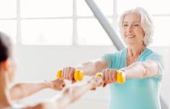 Lycklig grå haired kvinna som tycker om hennes sportaktiviteter Arkivfoton