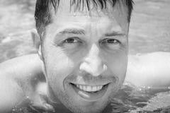 Lycklig grabb i pölen vid havet arkivfoto