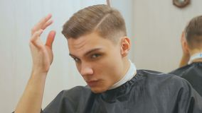 Lycklig grabb med den nya frisyren arkivfilmer