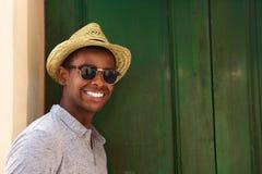 Lycklig grabb med hatten och solglasögon arkivbilder