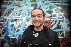 Lycklig grabb nära väggen av grafitti Fotografering för Bildbyråer