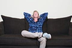 Lycklig grabb på soffan Royaltyfria Foton