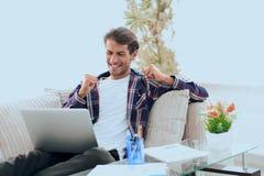 Lycklig grabb som hemifrån arbetar med bärbara datorn Begrepp av att frilansa royaltyfria foton