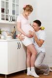 Lycklig gravid familj Arkivfoton