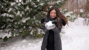 Lycklig gravid flicka som blåser på insnöat parkera arkivfilmer