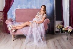 lycklig gravid kvinna Arkivbild