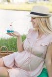 Lycklig gravid kvinna med kakan Arkivbild