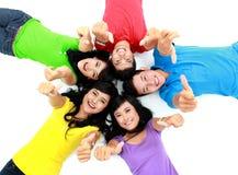 Lycklig grupp av att le för vänner Royaltyfri Fotografi