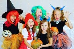 Lycklig grupp av barn i dräkter under allhelgonaaftonpartiet Royaltyfri Fotografi