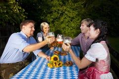 Lycklig grupp av bavarianfolk Arkivbilder