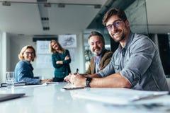 Lycklig grupp av businesspeople under presentation fotografering för bildbyråer