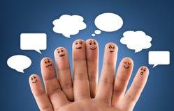 Lycklig grupp av fingersmileys med socialt pratstundtecken och anförande b Royaltyfria Foton