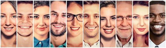 Lycklig grupp av multietniska folkmän och kvinnor royaltyfri bild