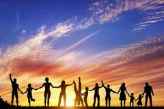 Lycklig grupp av olikt folk, vänner, familj tillsammans Arkivbilder