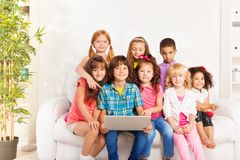 Lycklig grupp av ungar med bärbara datorn Royaltyfri Foto