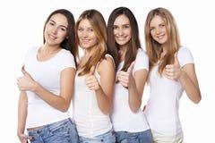 Lycklig grupp av vänner som gör en gest upp tummar Royaltyfria Bilder