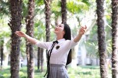 Lycklig gullig älskvärd härlig natur för omfamning för kram för ung flickahögstadiumhögskolestudent Arkivfoton