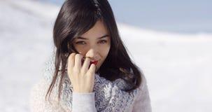 Lycklig gullig asiatisk flicka som tycker om hennes vintertid arkivbild