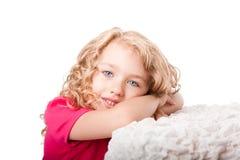 lycklig gullig dagdrömma flicka Arkivbild