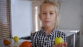 Lycklig gullig flicka med frukter i kök, sunt ätabegrepp för ungar Sunt äta - barn i köket med lager videofilmer