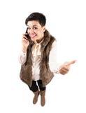 Lycklig gullig kvinna på mobiltelefonen med tummar upp Royaltyfria Bilder