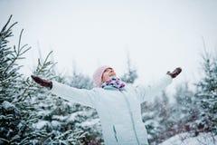 Lycklig gullig kvinna som tycker om vinter royaltyfria foton