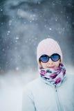 Lycklig gullig kvinna som tycker om vinter royaltyfri foto