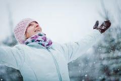 Lycklig gullig kvinna som tycker om vinter arkivfoto
