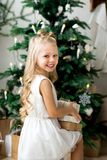 Lycklig gullig liten le flicka med julgåvaasken glada lyckliga ferier för jul Royaltyfri Fotografi