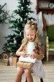 Lycklig gullig liten le flicka med julgåvaasken glada lyckliga ferier för jul Arkivbilder