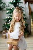 Lycklig gullig liten le flicka med julgåvaasken glada lyckliga ferier för jul Royaltyfria Foton