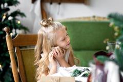 Lycklig gullig liten le flicka med julgåvaasken glada lyckliga ferier för jul Arkivbild