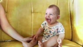 Lycklig gullig pojke som högt skrattar arkivfilmer