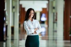 Lycklig härlig affärskvinna i regeringsställning Hall royaltyfria foton