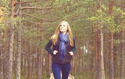 Lycklig härlig blond flicka som går i skog, och träsk Läger, Arkivfoton