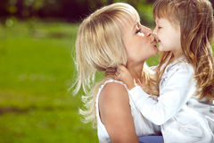 lycklig härlig dotter henne moder arkivfoton