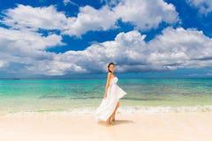 Lycklig härlig fästmö i den vita bröllopsklänningen på kusthavet wed arkivbilder